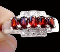 Anel de Prata com Granadas e Diamantes