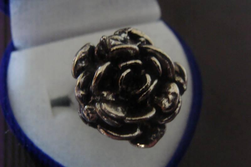 Anel de Aço Cromado com Design de Flor