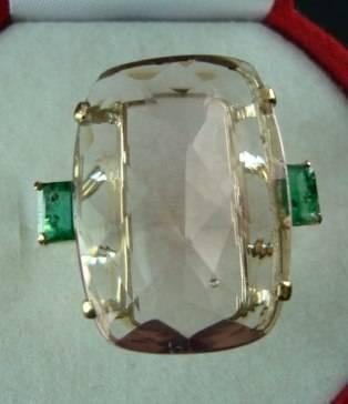 anel de ouro 18k 750 com topazio rosa e duas esmeraldas naturais