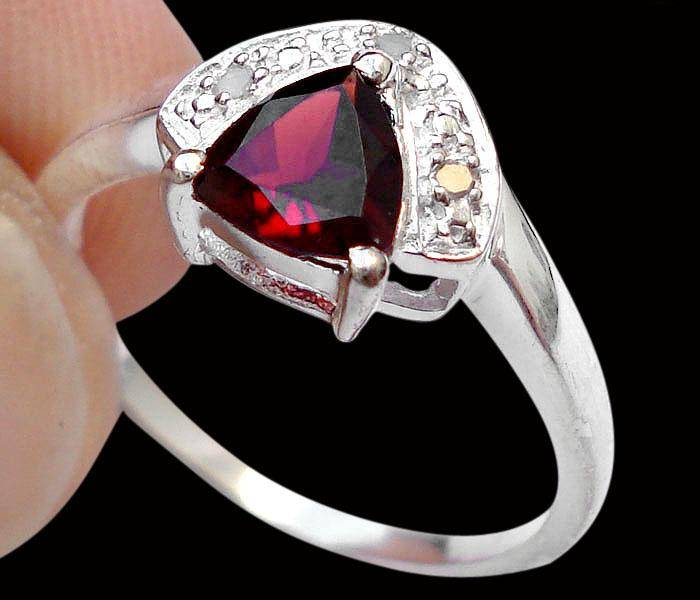 Anel de Prata 925 com Granada Top e 03 Diamantes Naturais