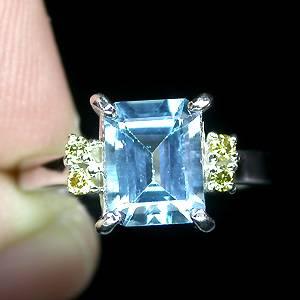 Anel de Ouro Branco 14 k Plated (Prata 925) com Topázio London Blue e 04 Diamantes Naturais